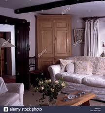 weißen losen deckel auf sofa im landhaus wohnzimmer mit
