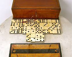 ANTIQUE GAMES BOX Cabinet Key 28 Dominoes 5 Cribbage Pegs Exquisite Mahogany Satinwood Inlay