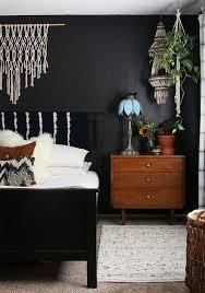 ein boho chic schlafzimmer mit einer schwarzen wand viel
