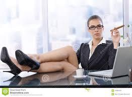 sur le bureau femme d affaires chaude avec des pieds sur le bureau photo stock