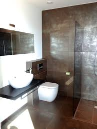 modernes bad mit braun silbernen fliesen und ebenerdiger