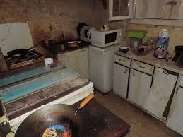 cuisine insalubre indigne découvrez les conditions de vie de louise 81 ans