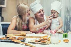 cuisine maman famille fille heureuse avec le papa et maman dans rire à la