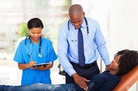 le sexe au bureau médecin africain et infirmière en examinant patient de sexe