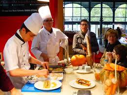 cuisine epinal le chef de cuisine réalise un mille feuille au saumon devant le