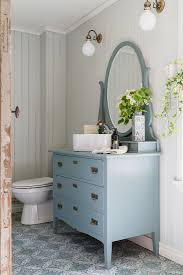 badezimmer im landhausstil mit blauer bild kaufen