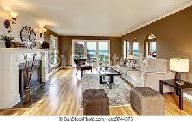 klassisches braunes wohnzimmer mit weißem kamin und braun