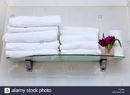 viele weiße handtücher im badezimmer sauberes weisses