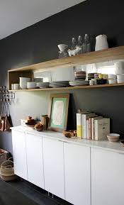 comment décorer le mur avec une étagère murale shelves
