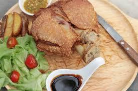gebratene schweinshaxe ist traditionelle deutsche küche