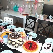 babys erster geburtstag mit kuchen und geschenken