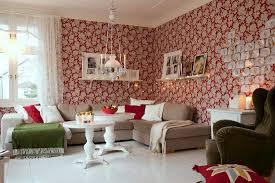 gemütliches wohnzimmer mit roter bild kaufen 12343890