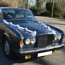 la voiture des mariés et celle du cortège