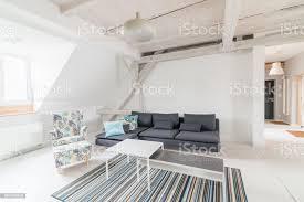 helle dachgeschoss wohnzimmer mit holzbalken stockfoto und mehr bilder behaglich
