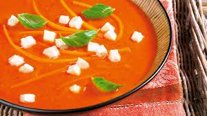 tomatensuppe mit chili möhren und mozzarella