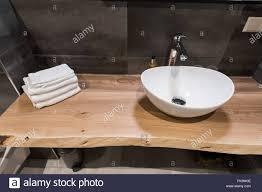 modernes interieur des bad das waschbecken ist aus weißem