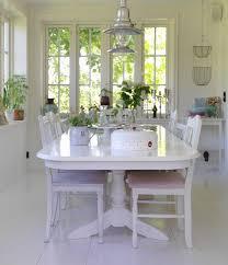 weisser esstisch und stühle auf weißem bild kaufen