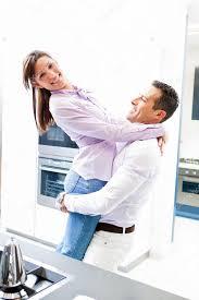 couples amour cuisine heureux en amour câ dans la cuisine à domicile