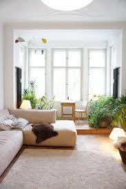 helles sonnendurchflutetes wohnzimmer mit großem erker