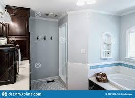 badezimmer im stil der 50er jahre mit fliesenboden und