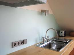maßgefertigte küchenrückwand aus glas mit aussparungen für