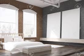 seitenansicht schlafzimmer mit großen uhr auf graue wand ein riesiges bett und zwei plakate konzept der gemütlichen zimmer 3d rendering