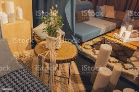 kerzen eine teekanne auf dem tisch im wohnzimmer innenraum stockfoto und mehr bilder alt