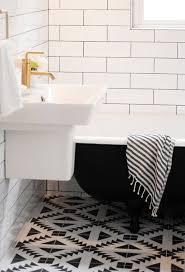 badezimmer schwarz weiß badezimmer fliesen in weiß und