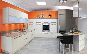cuisine blanche mur taupe decoration cuisine faience fort de