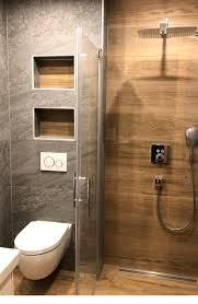 ein wohnliches badezimmer mit tollen nischen verbaut wurde