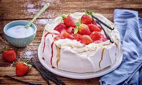 pavlova mit mascarpone creme und erdbeeren