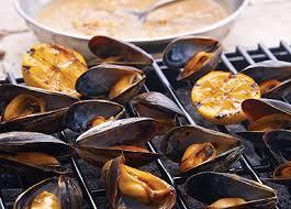 guide cuisine recettes recette de moules grillées au barbecue aux trois oignons citronnés