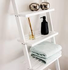 bonvivo leiterregal vivienne vielseitiges badezimmer regal mit abnehmbaren wäschekorb und 3 fächern zur ablage in weiß