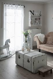 weiße vintage truhe schaukelpferd und bild kaufen