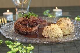 cuisiner la biche pavé de biche sauce aux airelles pommes dauphines coeur de foie