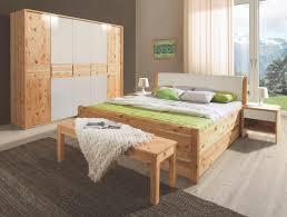 schlafzimmer in zirbelkieferfarben