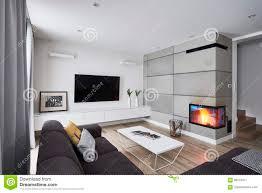 wohnzimmer mit kamin und weißen konkreten braunen wänden