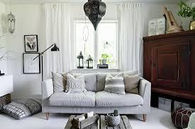 sofa neben dem eckschrank im wohnzimmer bild kaufen