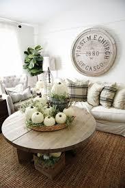 das wohnzimmer herbstlich dekorieren weiße kürbisse als