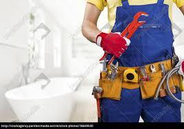 lizenzfreies foto 16649540 klempner mit werkzeuggürtel im