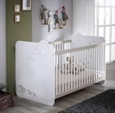 chambre bébé blanc lit bébé à barreaux contemporain blanc woody lit chevet enfant