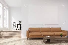 weißes wohnzimmer interieur mit einem beige sofa stand in der nähe eines hölzernen couchtisch mit einer topfpflanze auf sie es gibt ein horizontales
