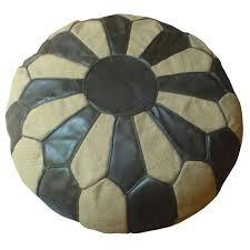 pouf marocain en cuir brun et toile de jute blanche coutures