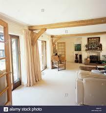 weißer teppich und cremefarbene vorhänge im wohnzimmer