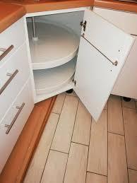 maßgefertigte weiße küche mit integrierter theke schreinerküche