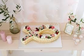 zarte florale dekoration für eine taufe oder