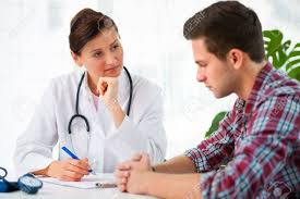 sexe au bureau parler à médecin patient de sexe masculin au bureau banque d