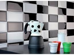 credence cuisine noir et blanc carrelage métro dans la cuisine une décoration tendance et moderne