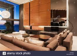 sofas und holzvertäfelung in moderne wohnzimmer