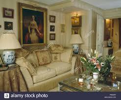 großes ölgemälde über sahne sofa mit kissen in kleine